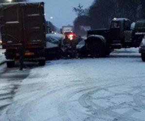 На Львівщині військова вантажівка протаранила автобус. Трьох дітей госпіталізовано (ФОТО)