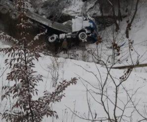 В Делятині вантажівка злетіла з дороги в обрив. Фото