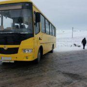 На Прикарпатті шкільний автобус злетів у кювет через ожеледицю (ФОТО)