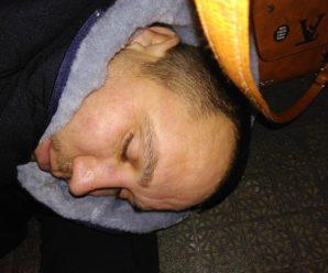 Водії викинули з автобуса міжнародного сполучення п'яного чоловіка, залишивши напризволяще. ФОТО