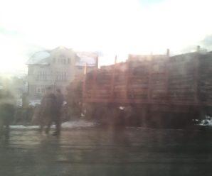 На Прикарпатті лісовоз злетів з дороги та врізався у приватне подвір'я