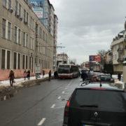 В Івано-Франківську пасажири штовхали тролейбус, щоб зрушити його з місця (фото)