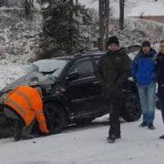 На Прикарпатті лісовоз врізався в автомобіль і злетів в кювет (фотофакт)