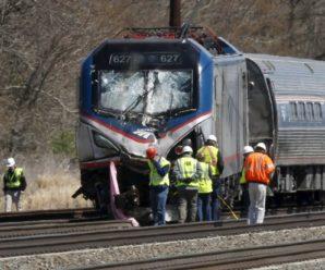 Поїзд перетворив автобус на купу брухту: тіла збирають по коліях