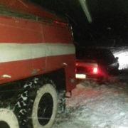 Карети швидких та автобуси: рятувальники на Прикарпатті визволяли людей з снігового полону (фото)
