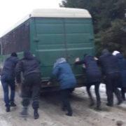 Дорога наче скло: На Прикарпатті люди штовхали автобус, щоб доїхати до роботи (фото)