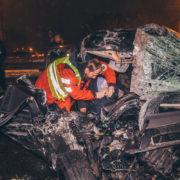 П'яний водій на Mercedes  влетів в автобус: тіло загиблої вагітної пасажирки вирізали з розтрощеного авто (фото, відео 18+)