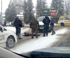"""В районі """"Туристу"""" мікроавтобус збив чоловіка (фотофакт)"""
