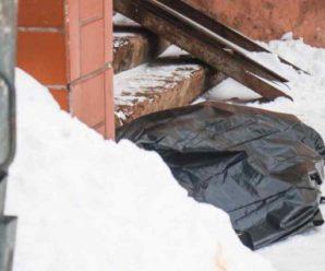 Лежало на сходах: Під вікнами багатоповерхівки знайшли понівечене тіло чоловіка