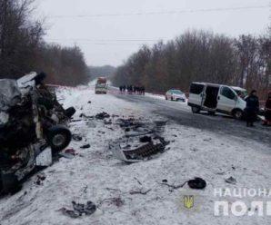 Машини розлетілись на шматки: На Буковині на шаленій швидкості зіткнулись два мікроавтобуси, є жертви