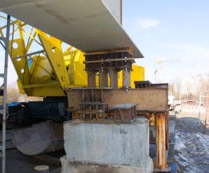 Будівництво Галицького мосту в Пасічну: робітники монтують тротуарну частину (фото)