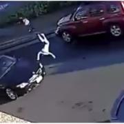 Незламна дівчинка після удару автомобілем просто побігла додому: відео