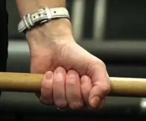 У Надвірній суд звільнив від покарання жінку, яка палицею побила поліцейського і розтрощила автівки правоохоронців