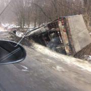На Калущині вантажівка злетіла у кювет і перекинулась, – очевидці. ФОТО
