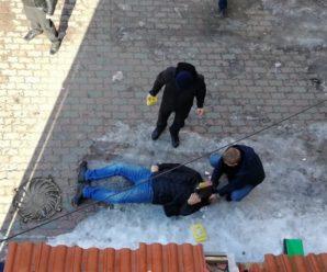 У Калуші поранено поліцейського при затриманні злочинця, який обстріляв радіостанцію. ФОТО