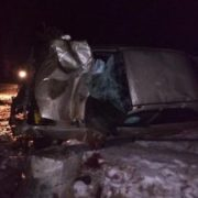 На Прикарпатті водій врізався у рекламний щит, пасажир загинув. ФОТО