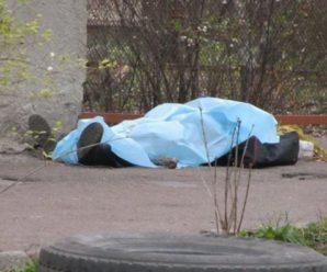 В Івано-Франківську посеред вулиці знайшли мертвого чоловіка