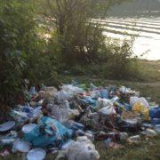 Мешканців Прикарпаття просять допомогти прибрати береги річок від сміття