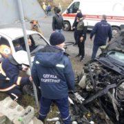 Карколомна ДТП на Прикарпатті: потерпілих з автомобілів вирізають рятувальники, на місці пригоди працюють поліцейські та медики (фоторепортаж)