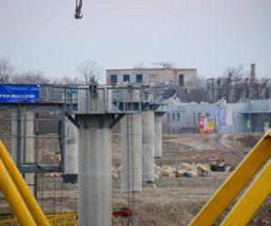 У Франківську продовжують активно будувати міст на Пасічну. ФОТО