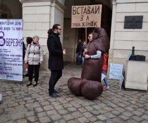 Чоловіки у костюмах статевих органів: у центрі Львова одразу два мітинги — за і проти 8 березня (фото)