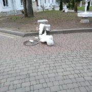 Цієї ночі у парку Шевченка невідомі пошкодили скульптури (фотофакт)