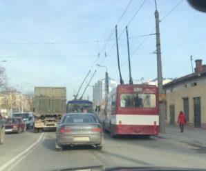 В Пасічній стоять всі тролейбуси. Утворились затори
