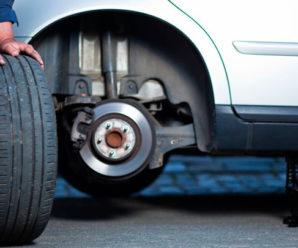 Водій міняв заднє колесо, а тим часом з салону автомобіля викрали 237 тисяч гривень