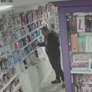 Пісюнкові злодії: У Франківську пара обікрали інтим-магазин