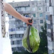 У Франківську помітили, що деякі люди викидають сміття просто з балконів