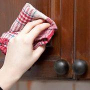 5 способів без зусиль почистити кухонні шафки від жирного нальоту