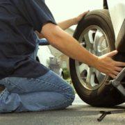 Нещастя на очах у дружини: авто впало з домкрату і придавило чоловіка