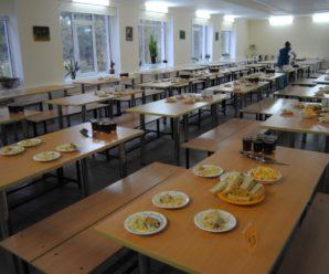 У Франківську дітям погрожують вигнати зі школи через чергування в їдальні