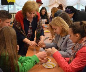 У Бурштині студенти плели вервички для воїнів АТО