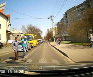 У Франківську водій залишив автомобіль посеред дороги, щоб допомогти старенькому дідусеві перейти вулицю (відео)