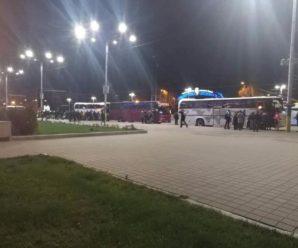 """""""Женуть людей як худобу плескати гаранту на стадіоні"""": Бюджетників з усієї України звозять як """"масовку"""" Порошенка на дебатах"""