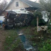 На Франківщині вантажівка в'їхала в житловий будинок та знищила кімнату. ФОТО