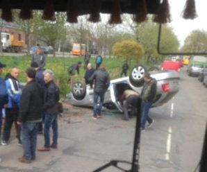 ДТП у Калуші: авто перекинуло через бетонну плиту на дорозі (фото)