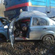 Електропоїзд розчавив авто на переїзді, є загиблі (ФОТО 18+)