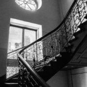 Йшов по сходах і провалився: франківець попросив поліцію звернути увагу на аварійний будинок
