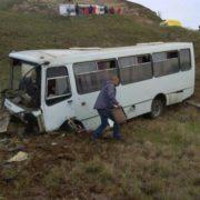 Масштабна ДТП, в якій загинула людина: пасажирський автобус злетів у яр