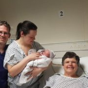 55-річна жінка виносила та народила дитину для свої безплідної дочки (+ФОТО)