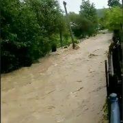 На Калущині вирує негода: велика вода підтоплює села, на автомобіль впало дерево. ВІДЕО, ФОТО