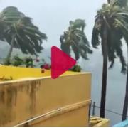 Повалені будівельні крани та прив'язані вагони: моторошні фото та відео циклону в Індії