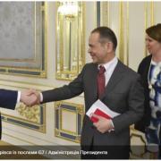 """Треба """"плавно передати"""" владу Зеленському: про що говорили посли G7 з Порошенком"""