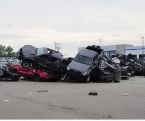 Торнадо в США розкидало автівки, мов іграшки: фото