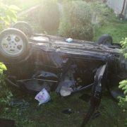 На Прикарпатті автомобіль протаранив огорожу та перекинувся