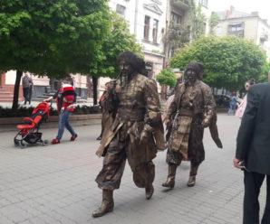 Франківську стометрівку заполонили живі скульптури. ФОТО/ВІДЕО