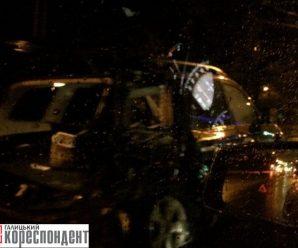 Нічна ДТП у Франківську: Subaru після зіткнення влетіла у електроопору (фото)