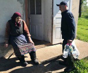 У Тисмениці рятувальники привезли воду та їжу пенсіонерці, яка виявилась відрізаною від світу